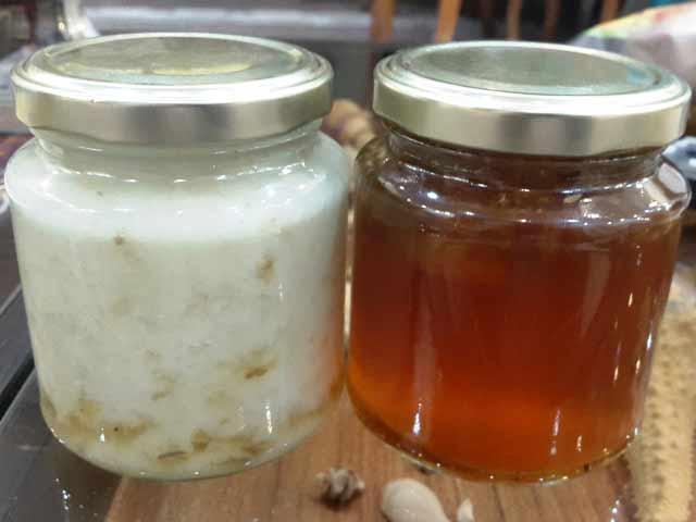 دو شیشه عسل یکسان که یکی رس بسته و دیگری هنوز مایع است
